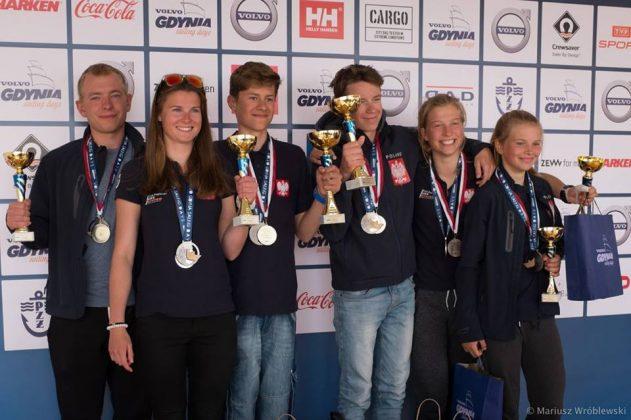 Polska kwalifikacja do Młodzieżowych MŚ ISAF w katamaranach zakończona Polska kwalifikacja do Młodzieżowych MŚ ISAF w katamaranach zakończona podium VGSD 2016 631x420