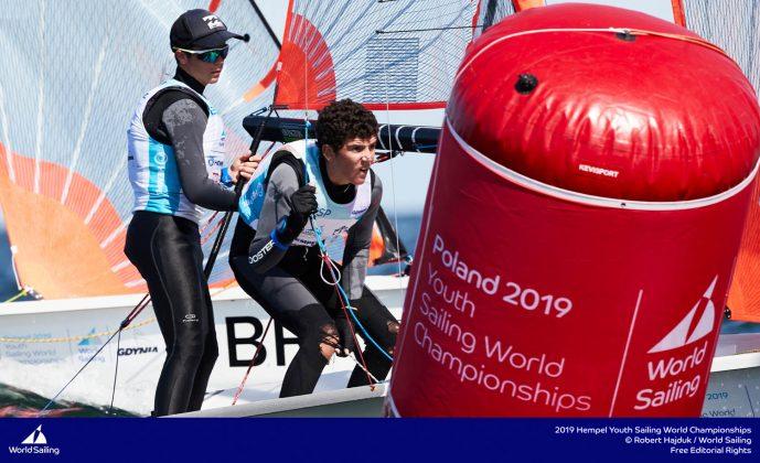młodzieżowe mistrzostwa Świata Młodzieżowe Mistrzostwa Świata – Tytus Butowski liderem w klasie Laser Radial, udany początek deskarzy 190714 YSWC Gdynia RH 202 689x420